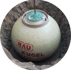 Erdkugeltank für Heizöl beim Ablassen in Grube
